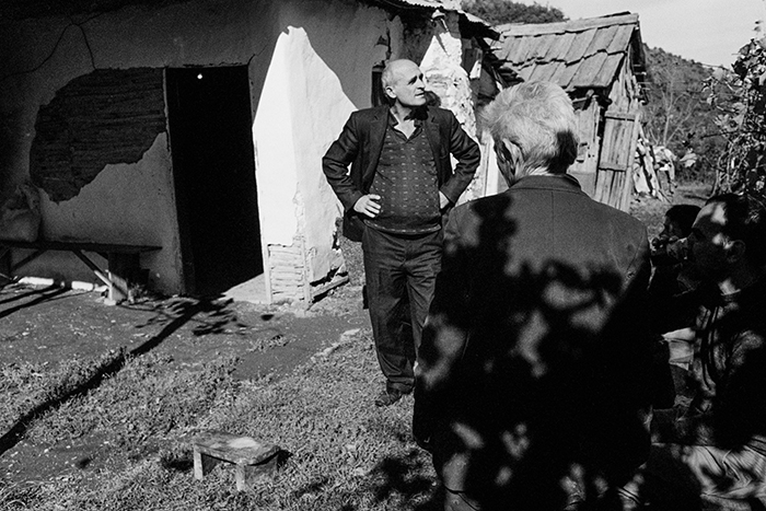 Casa di K. burrneshe di 60 anni che non ha voluto essere fotografata. Ultima di sette sorelle, diventa burrneshe da giovanissima dopodiché la madre partorisce un maschio. Vive da sempre in una casa tra i monti, dove possiede un asino e due mucche. A volte raggiunge il villaggio a valle dove vive il fratello, il capofamiglia, con sua moglie, i figli e le nuore. Albania 2012