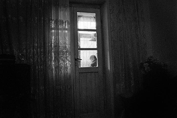M. 50 anni, ultima di 6 sorelle, ha deciso da piccola che sarebbe cresciuta come un uomo. Dopo qualche anno la madre partorisce un maschio ma questo non cambia la sua decisione. Abbandona giovanissima il tetto familiare e lavora in diverse città dell'Albania mantenendo quasi sempre nascosta la sua vera identità. Distretto di Lezhe. Albania 2011