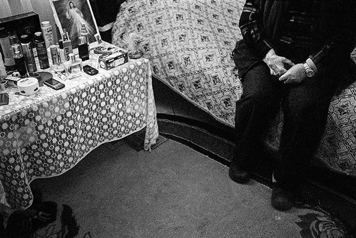 M. è stata metalmeccanico durante il periodo della dittatura. In fabbrica ha perso 3 dita della mano destra. Oggi vive sola con i suoi gatti e ha uno spaccio sulla veranda di casa. Distretto di Lezhe. Albania 2011