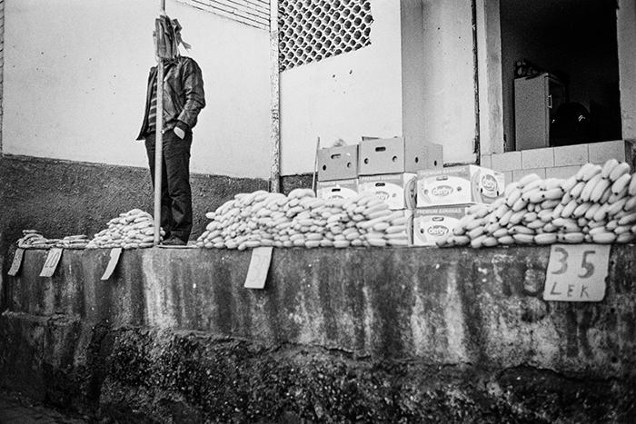 Banane lungo le vie del mercato. Scutari, Albania 2011