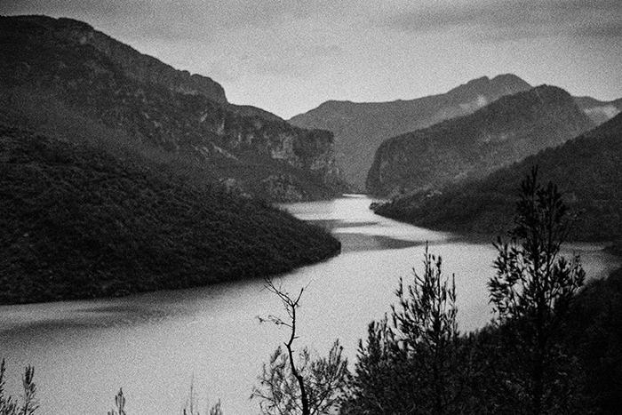 Tra questi monti e ancora più a nord il Kanun si è mantenuto vivo nonostante 50 anni di dittatura comunista. Ulez, Albania 2011